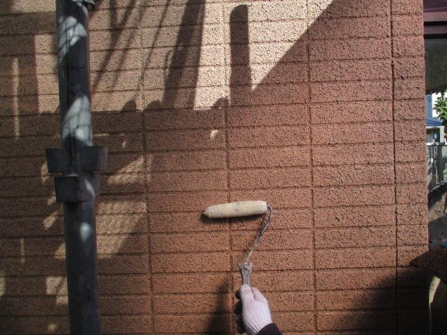 下塗り1回目 表面の石材が密着していなかった為、表面の石材を固める作業になります。