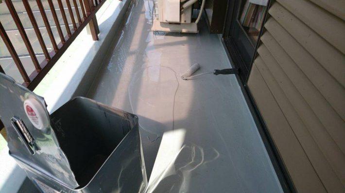 ウレタン防水2層目 規定の塗膜厚を形成するために2層目を塗布します