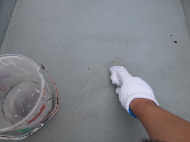 アセトン拭き FRPの表面にあるワックスの油膜成分をアセトンで拭き取ります。