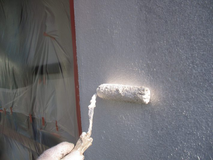 下塗り 細かいひび割れを埋め、密着性を良くする為の作業です。