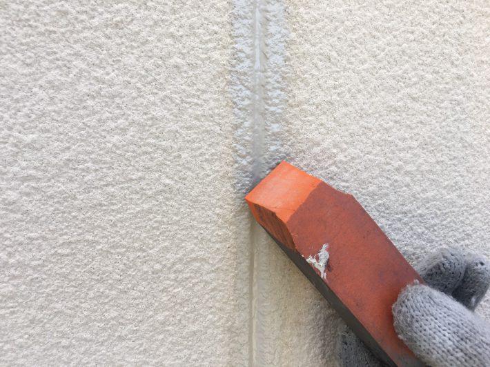 シーリング均し 規定量の厚みを確保し綺麗に均します。 ただ均すだけでなく、内部に空洞ができないように最低1往復、押さえ込むようにします。