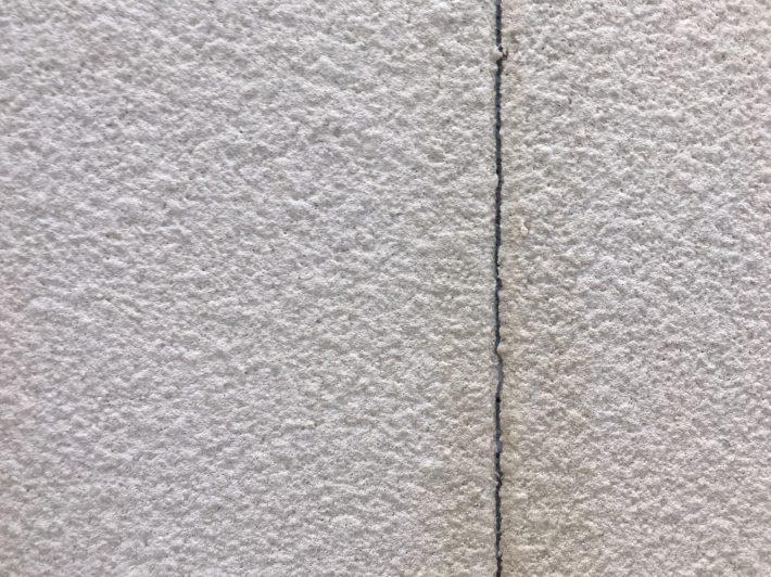 シーリング施工前 外壁目地とは違い厚みが確保できない為、通常より早く亀裂が入る可能性がございます。 相じゃくりの為雨漏りの心配はございません。