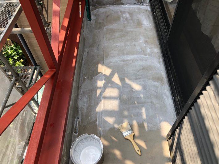 プライマー 下地とウレタンとの密着性を高めるためにプライマー(糊)を塗布します。