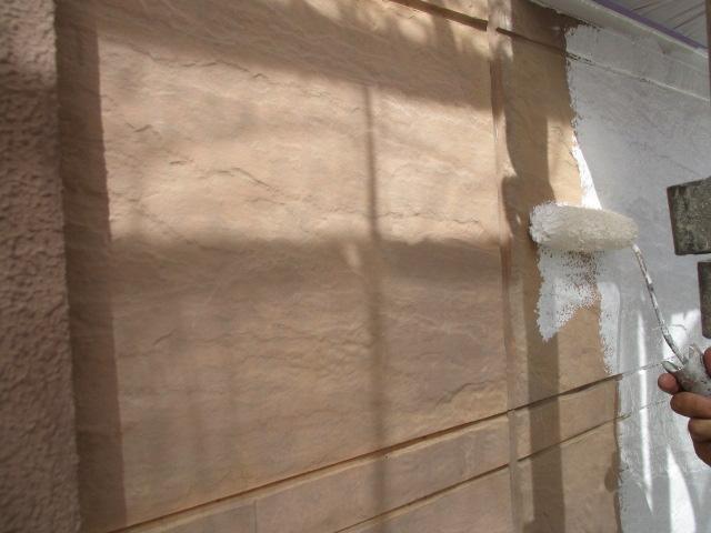 下塗り 細かいひび割れを埋め、密着性を良くするための作業です。簡単に説明するとボンドのような役割です。