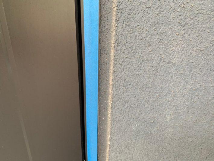 シーリング施工前 窓廻り部分は老化少なく動きも少ないため、既存シーリングの上からの打ち増しです。