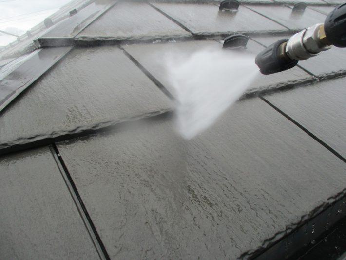 高圧洗浄 ホコリ・苔・カビ等、長年の汚れを120~150kgf/㎡の高圧洗浄機で洗い流します。