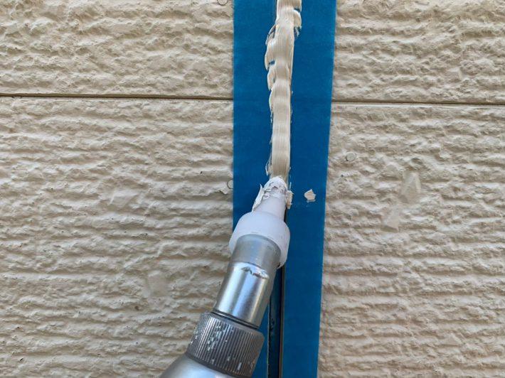 空気が入らない様に慎重にたっぷりと打ち込みます。 空気が入るとあとから膨張してシーリングが破裂します。