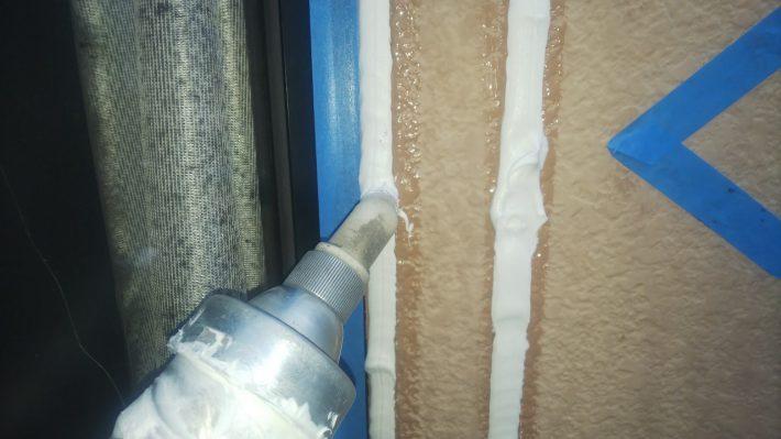 シーリング充填 空気が入らない様に慎重にたっぷりと打ち込みます。 空気が入ると後から膨張してシーリングが破裂します。