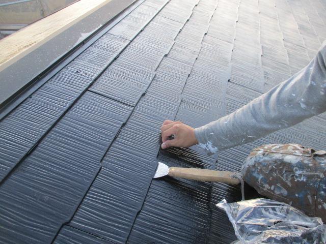 タスペーサー挿入 塗料で隙間が埋まらないように 隙間を確保し、雨水の流れと通気性を良くします。