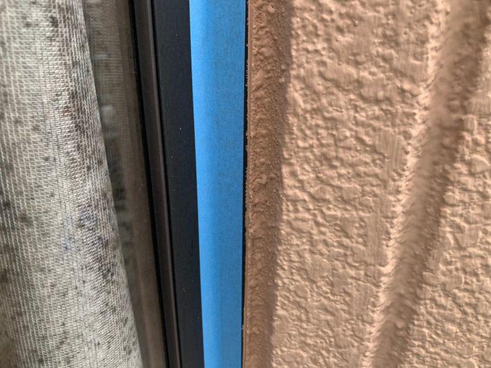 シーリング施工前 窓廻り部分も劣化少なく動きも少ない為、既存シーリングの上からの打ち増しです。