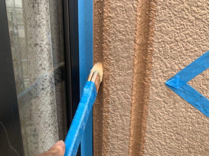 プライマー シーリングの密着を良くする為の作業です。 この作業を怠ると、サイディングとシーリングの間にすぐに隙間が空いてしまいます。