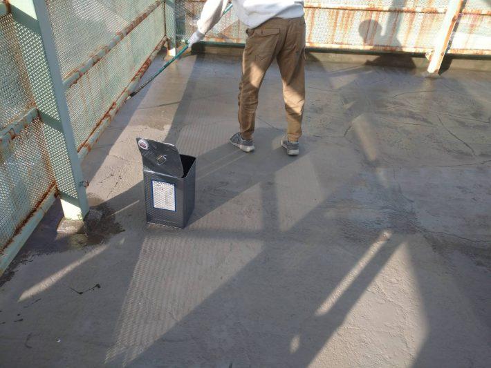 プライマー プライマー(接着剤)を塗って、基材とその上に張る通気緩衝シートとの接着を良くします。