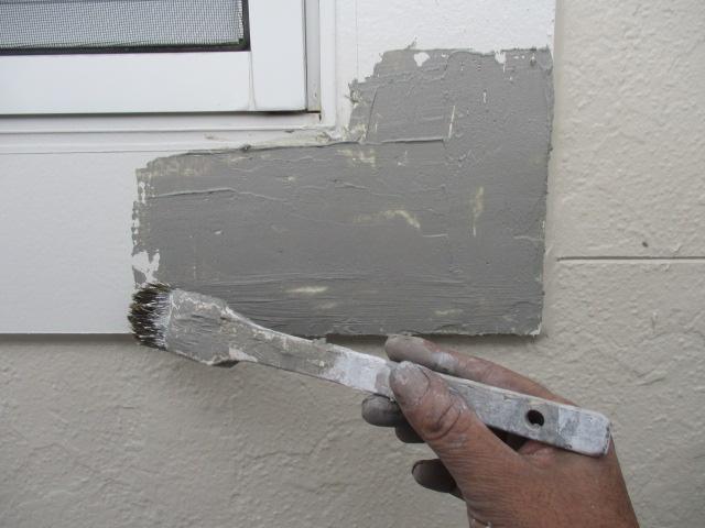 補修中 カチオンフィラーにて欠損した幕板を平滑にします。