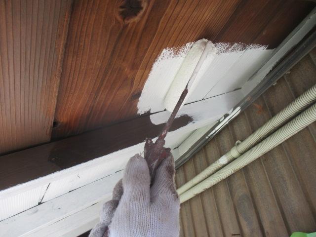 下塗り 木部専用下塗り材で塗料の吸い込みをなくします。