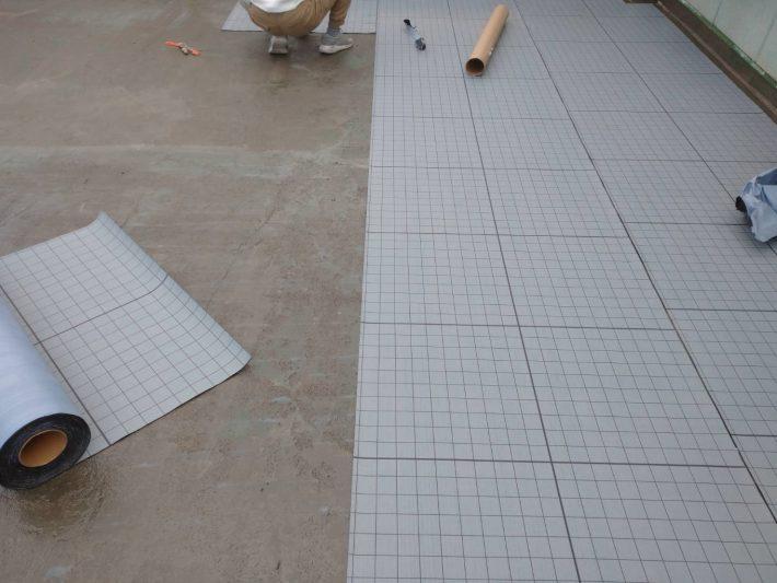 自着シート貼り 非自着層部が通気溝となり脱気筒から下地からの水蒸気を逃がす事で膨れを防ぎます。また基材のコンクリート下地のと防水層の間に入って地震や建物の歪みを緩衝して防水層の破断を防ぎます。