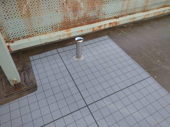 脱気筒取付 下地に含んだ水分を逃がす脱気筒を取り付けています。この脱気筒から水分が逃げていきます。