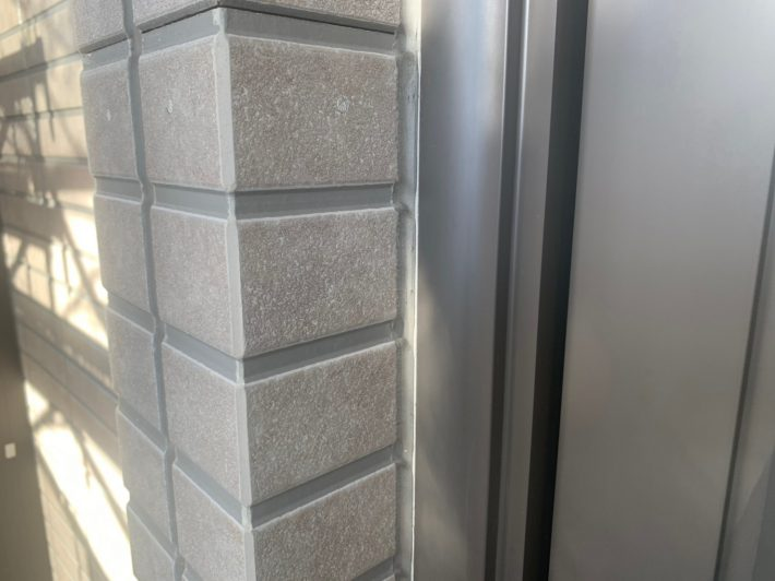 シーリング施工前 窓廻り部分は劣化少なく動きも少ないため為、既存シーリングの上からの打ち増しです。