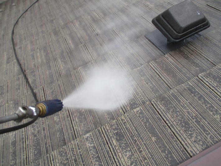 高圧洗浄2回目 モニエル瓦の為、脆弱なスラリー層を完全に除去します。