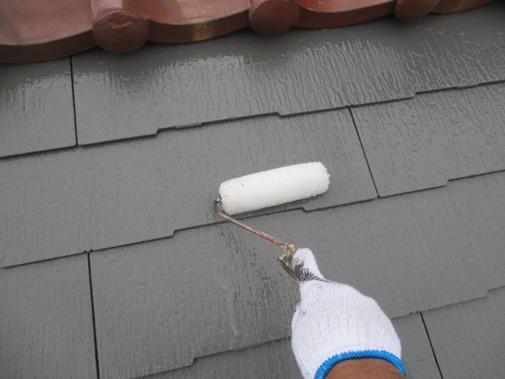 仕上げクリヤー 上塗り材をクリヤー層で保護することで、フッ素並みの耐候性になります。