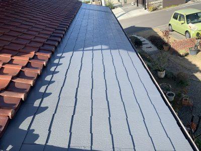 小牧市南外山 F様邸 屋根塗装のご紹介です。 増築部分が築17年で、屋根が捲れてきているので塗装し...