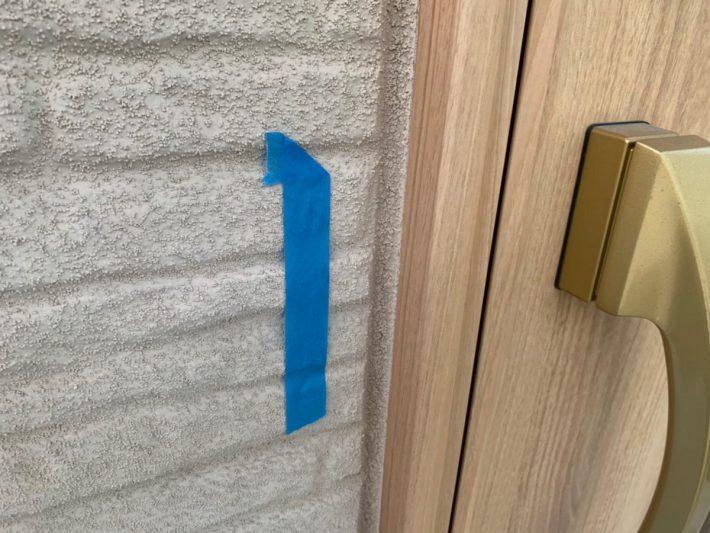 シーリング施工前 窓廻り部分は劣化少なく動きも少ないため、既存シーリングの上からの打ち増しです。
