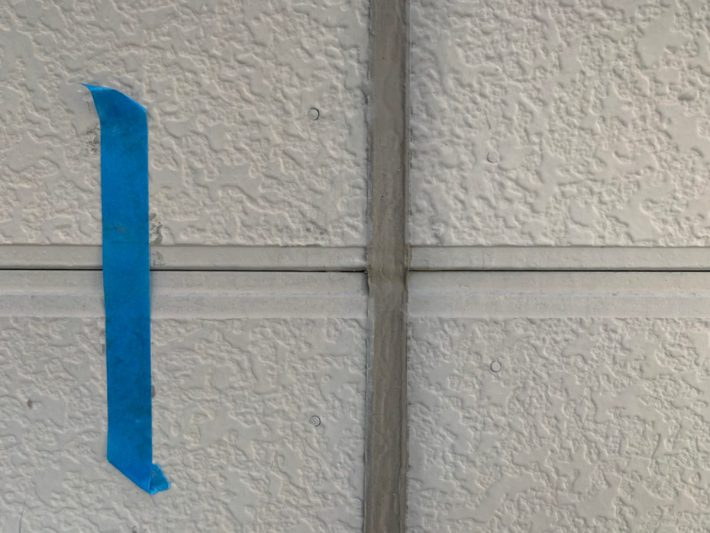 シーリング施工前 外壁目地部分、亀裂・断裂した既存シーリングを撤去し打ち替えです。