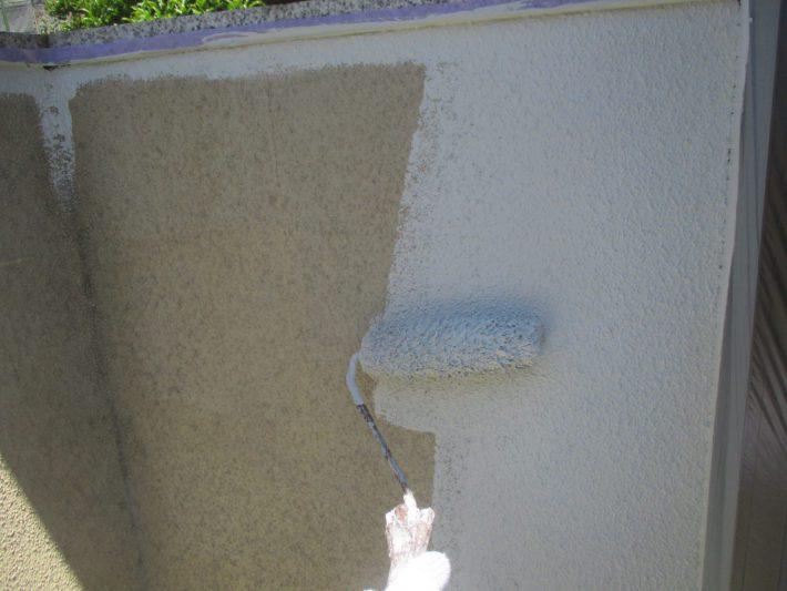 中塗り 上塗り材の補強や平滑な下地を作り、塗膜の厚みを確保します
