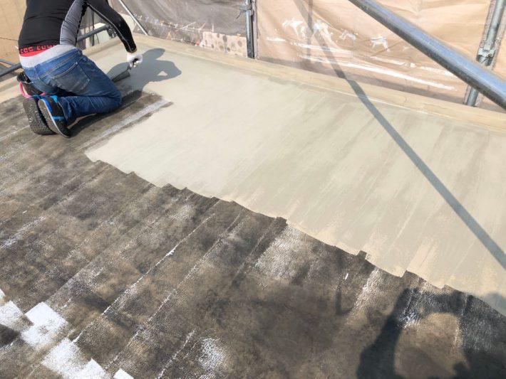 下地処理 樹脂モルタルを塗布して、下地の細かいひび割れやピンホール(小さい穴)を補修し、下地を平滑にします。