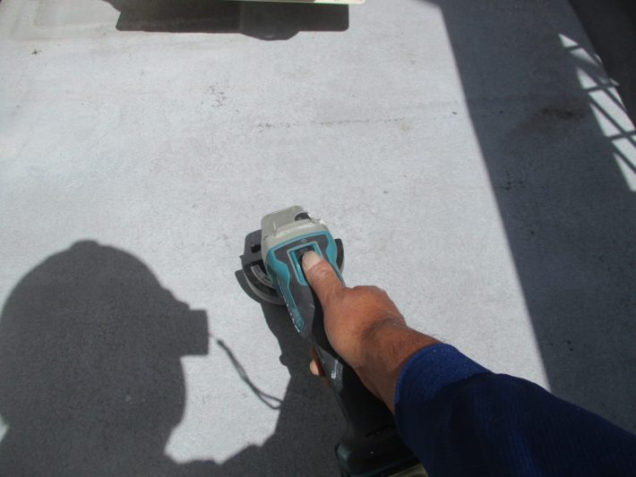 ケレン 汚れや錆を落としたり、表面に凹凸をつけることによって、接触面積を大きくし密着性を良くします
