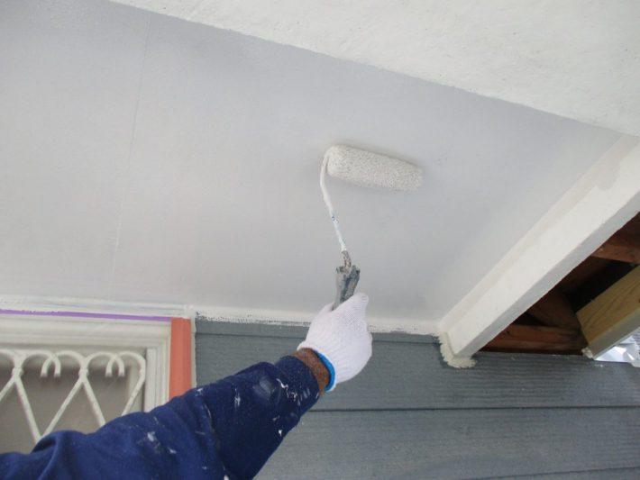 上塗り 塗り残しや、塗りムラを無くし美観性と耐候性を高めます。