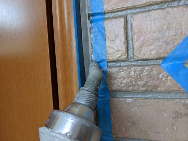 シーリング充填 窓廻り部分は劣化が少なく動きも少ない為、既存シーリングの上からの打ち増しです。