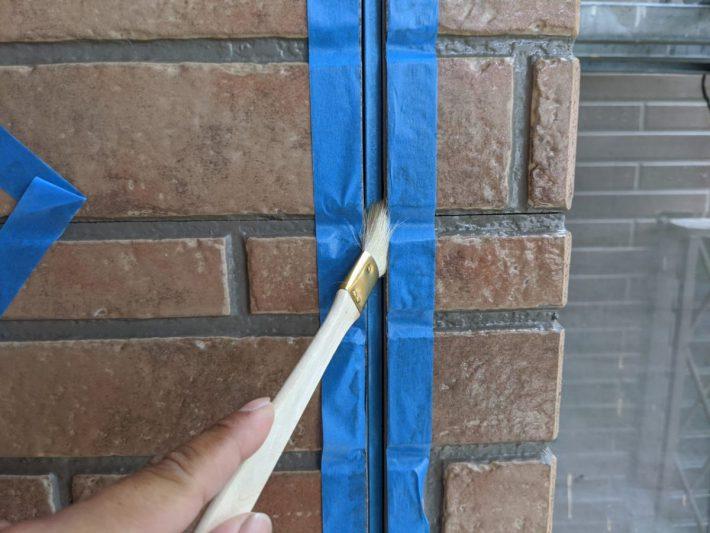 プライマー シーリングの密着性を良くするための作業です。 この作業を怠ると、サイディングとシーリングの間にすぐに隙間が空いてしまいます。