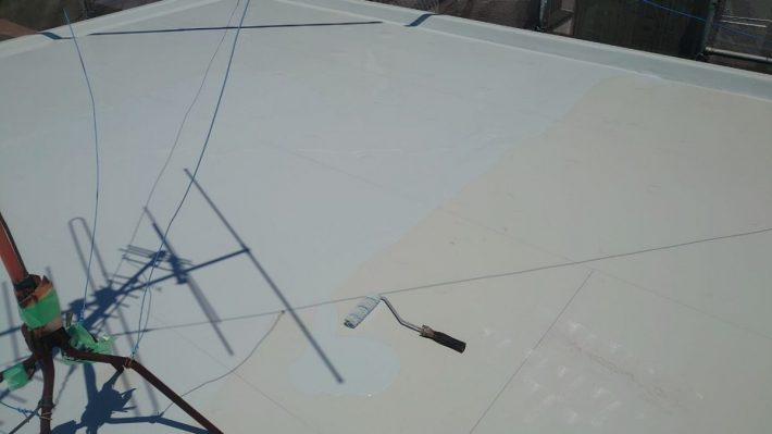 ウレタン防水2層目 規定の塗膜厚を形成するために2層目を塗布します。