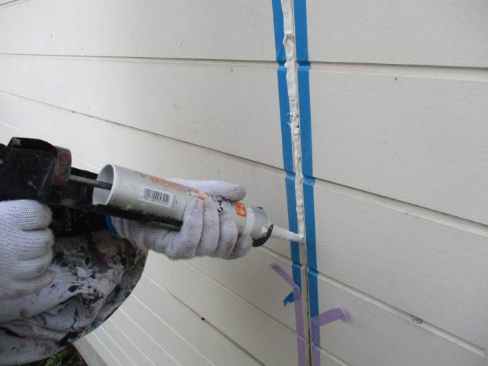 シーリング充填 空気が入らないように慎重にたっぷりと打ち込みます。 空気が入るとあとから膨張してシーリングが破裂します。