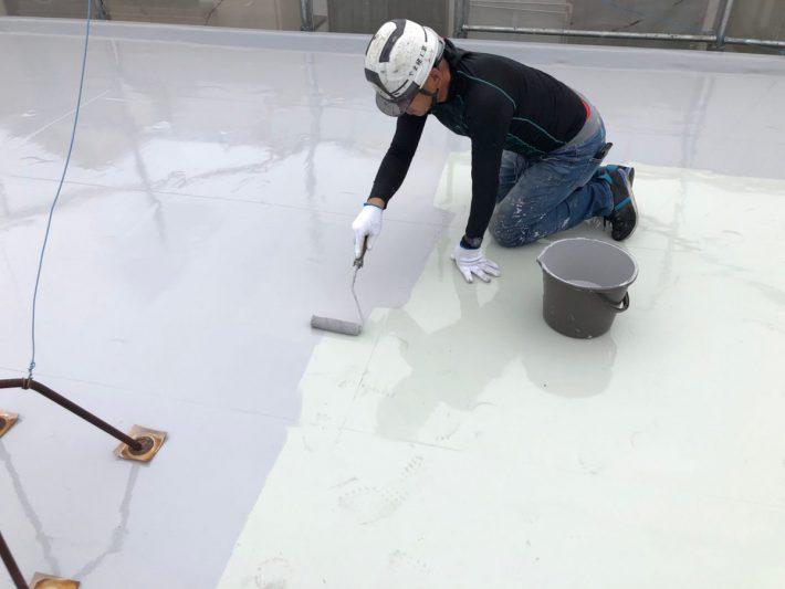 トップコート ウレタン樹脂は紫外線に弱い為、紫外線からの劣化防止、磨耗防止の為に保護塗料を塗ります。