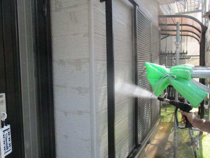高圧洗浄ホコリ・苔・カビ等、長年の汚れを120~150kgf/㎡の高圧洗浄機で洗い流します。