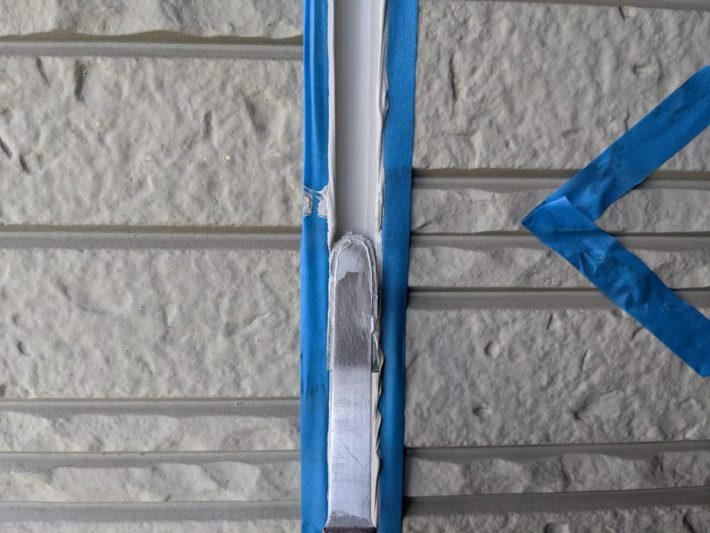 シーリング均し 規定量の厚み確を確保し綺麗に均します。 ただ均すだけでなく、内部に空洞ができないように最低1往復、押さえ込むようにします。
