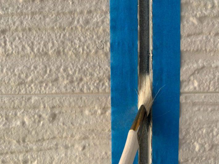 プライマー シーリングの密着性を良くする為の作業です。 この作業を怠ると、サイディングとシーリングの間にすぐに隙間が空いてしまいます。
