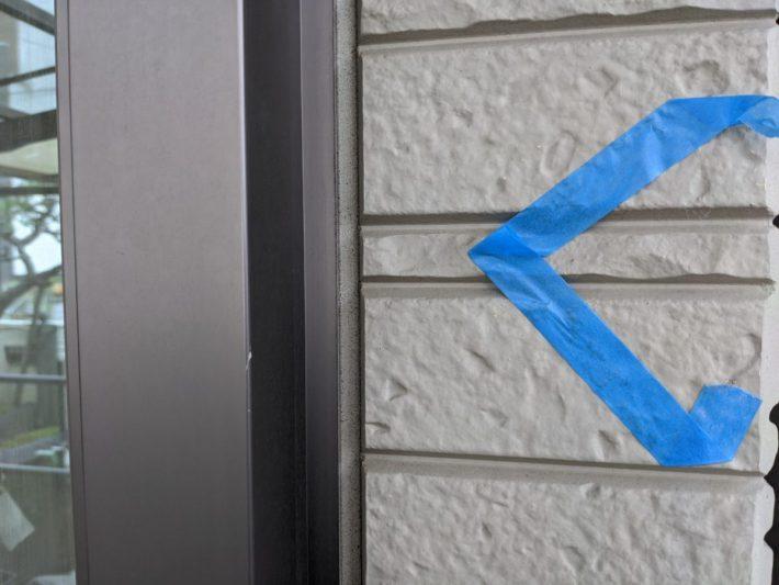 シーリング施工前 窓廻り部分は老化が少なく動きも少ない為、既存シーリングの上からの打ち増しです。