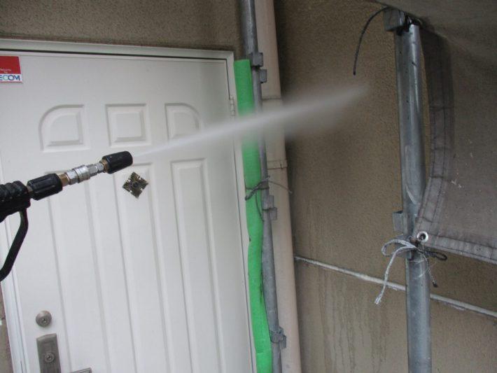 高圧洗浄 高圧洗浄ホコリ・苔・カビ等、長年の汚れを120~150kgf/㎡の高圧洗浄機で洗い流します。