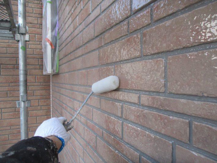 下塗り クリヤー 上塗り材の補強や平滑な下地を作り、塗膜の厚みを確保します。