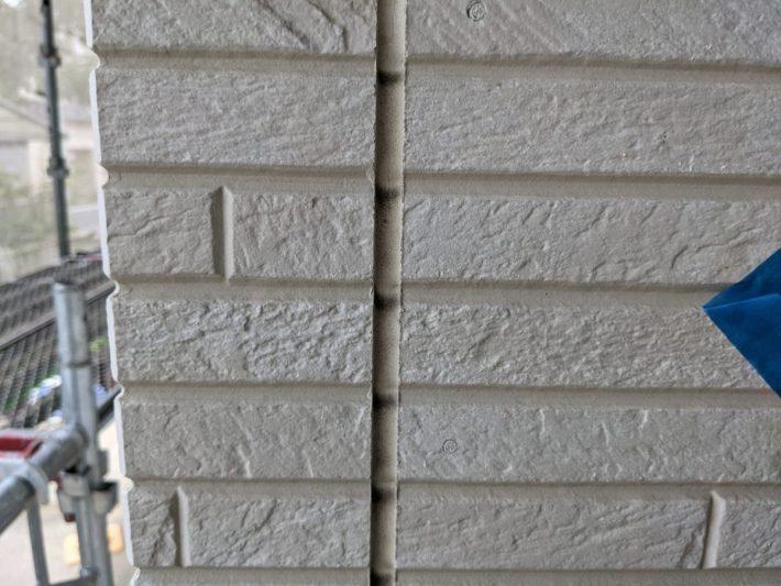 シーリング施工前 外壁目地部分、亀裂・断裂したシーリングを撤去し打ち替えです。