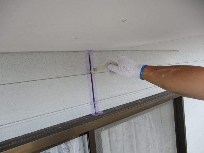 プライマー シーリングの密着性を良くする為の作業です。この作業を怠ると、サイディングとシーリングの間にすぐに隙間が空いてしまいます。